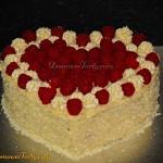 Tort malinowy z kremem z bialej czekolady w ksztalcie serduszka
