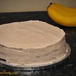 Tort bananowy w czasie zdobienia