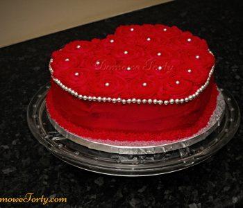 Tort serduszko z różyczkami