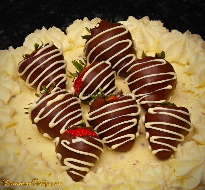 Truskawki w czekoladzie na torcie