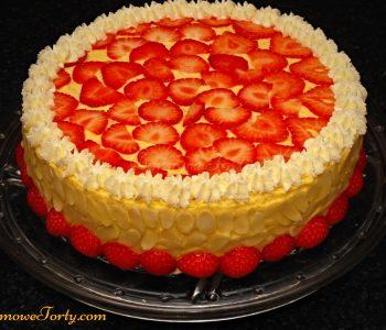 Tort migdałowy z truskawkami